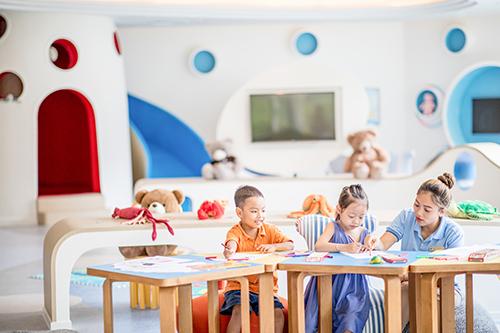 Tất cả đều được hướng dẫn và chỉ bảo tận tình bởi nhân viên của khu nghỉ dưỡng, những người được đào tạo để làm bạn với các bé, cùng chơi và cùng chia sẻ.