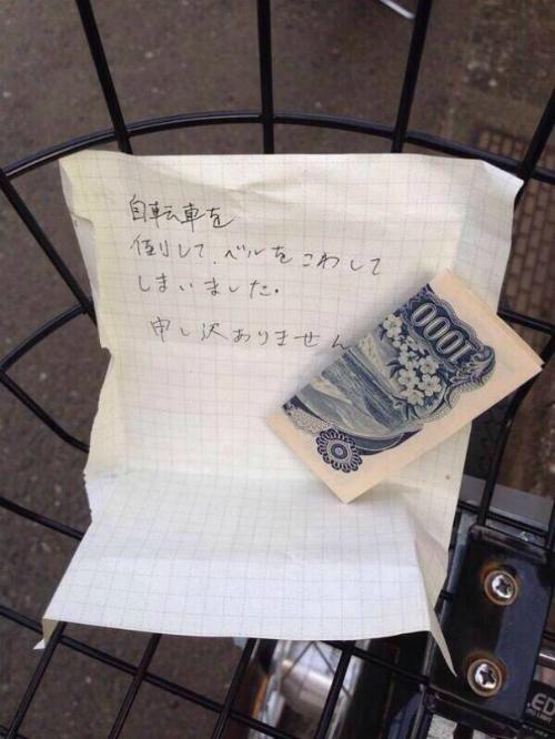 Câu chuyện về tính trung thực đáng tự hào này có thể thấy ở bất cứ đâu trên nước Nhật. Tờ trên giấy viết: Tôi không may va phải chiếc xe đạp của bạn và làm hỏng chuông. Tôi rất xin lỗi. Người này để lại tiền bồi thường. Ảnh: Adaliarose.