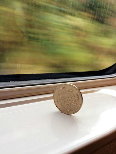 Những chiếc tàu siêu tốc Shinkansen chạy với vận tốc lên tới 505 km/h, nhưng ở trong khoang tàu, khi bạn dựng một đồng tiền lên thế này, thậm chí nó vẫn đứng vững và không di chuyển. Điều này khiến cho du khách kinh ngạc bởi hệ thống tàu êm ru, không một chút xóc mà bạn sẽ không thể thấy ở nơi nào kháctrên thế giới. Ảnh: Reddit.