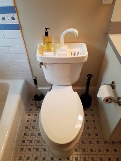 Loại toilet này được tích hợp bồn rửa tay phía trên. Khi bạn rửa tay xong, nước sẽ được tái sử dụng để xả chất thải bên dưới. Ảnh: Bored Panda.