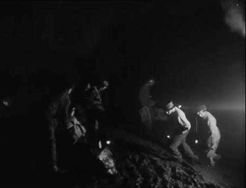 Đoàn cứu hộ vào hang để tiếp cận các nạn nhân. Ảnh:SRF.