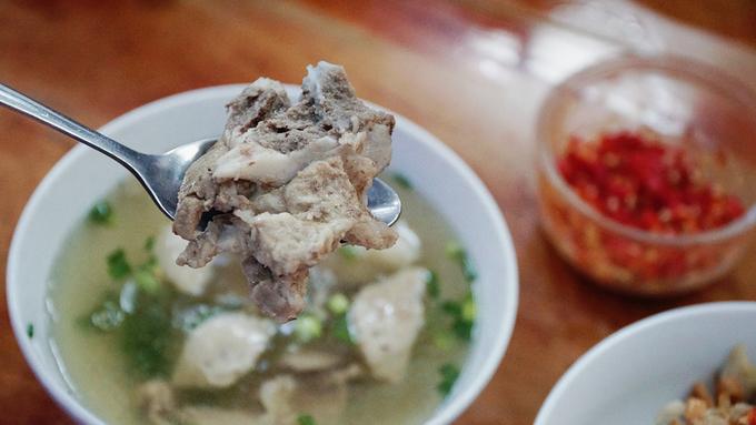 Món phở luôn được phục vụ bằng hai tô ở Sài Gòn