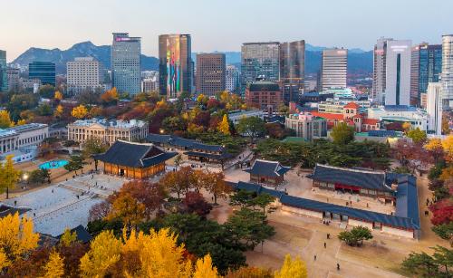 Một bảo tàng mỹ thuật hiện đại cũng được xây dựng bên trong khuôn viên cung, tạo ra điểm khác biệt kết hợp giữa Đông và Tây trong nét kiến trúc của tổng thể cung Deoksu so với các cung điện hoàng gia khác. Cùng nằm trong khu vực là nhà thờ Jeongdong với những bức tường gạch đỏ cổ kính. Nhà thờ được xây theo kiến trúc kiểu Gothic vào năm 1897 là nhà thờ Tin lành đầu tiên của Hàn Quốc. Trường học Baejae, cơ sở giáo dục hiện đại đầu tiên của Hàn Quốc được xây năm 1885. Điện Jungmyeong (Trùng Minh Điện) nằm cạnh rạp hát Jeongdong mới mở cửa cho dân chúng thăm quan sau khi được khôi phục lại nguyên trạng ban đầu.