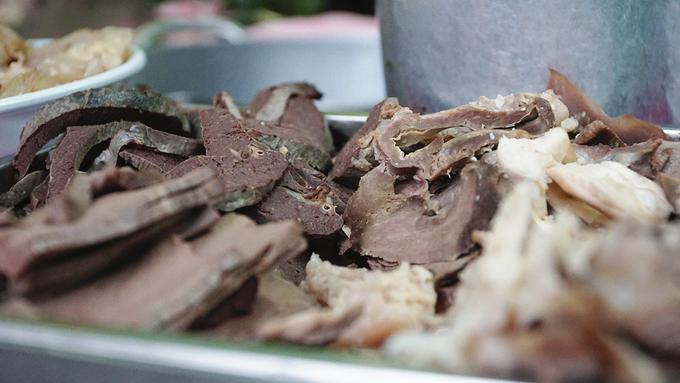 Quán hủ tiếu Sài Gòn nổi tiếng nhờ miếng bò viên nhỏ xíu