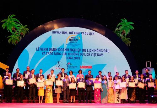 Đại diện các khách sạn 5 sao hàng đầu Việt Nam nhận giải thưởng du lịch năm 2018.