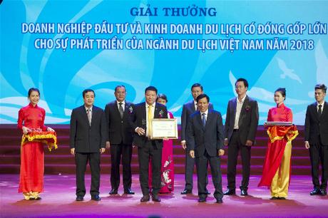Đại diện tập đoàn nhận bằng và cup từ Bộ Văn hóa Thể thao và Du lịch.