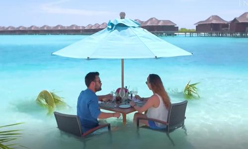 Bữa trưa thịnh soạn giữa làn nước biển ở Maldives