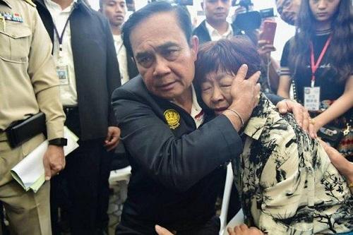 Thủ tướng Prayut Chan-o-cha đã tới Phuket từ 9/7 để quan sát công tác tìm kiếm và chia sẻ cùng các nạn nhân và nhân viên cứu hộ. Ảnh: Chính phủ Thái Lan.