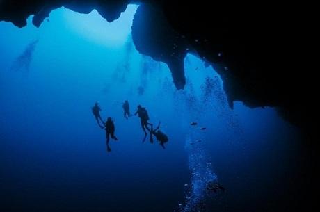 Đoàn khách lặn thám hiểm hố sụt khổng lồ. Ảnh: @scubajonjake.