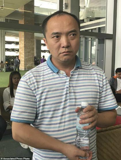 Ông Xing Yong trên đường tới nhận dạng người thân. Ảnh:AP.
