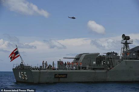 Tàu cứu hộ phục vụ công tác tìm kiếm nạn nhân trong vụ chìm tàu Phoenix. Ảnh:AP.
