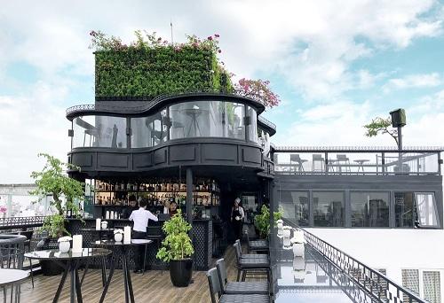 Diamond Sky BarTọa lạc tại 3 tầng cao nhất của một khách sạn, quán bar này sở hữu view đẹp, với sức chứa lên tới 100 khách.Kiến trúc được thiết kế mô phỏng chiếc đàn dương cầm độc đáo.