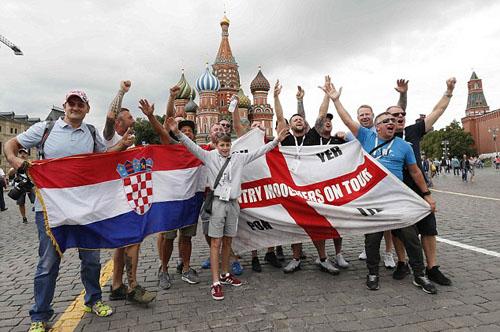 Quảng trường Đỏ ở thủ đô Moskva đã được phủ kín bởi cờ Anh. Ảnh: Reuters.