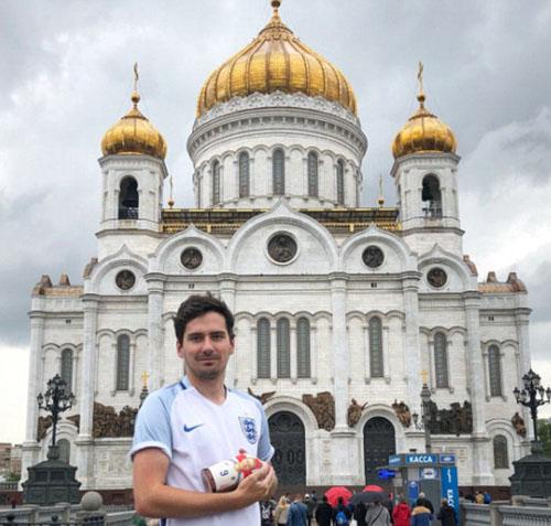 Thomas Evans cho biết anh đi đám cưới một người thân nhưng tâm trí đặt hoàn toàn ở việc đặt mua vé máy bay sang Nga xem trận đấu Anh - Croatia. Trong khi mọi người mải tung hoa, nhặt hoa thì anh ngồi đặt vé/