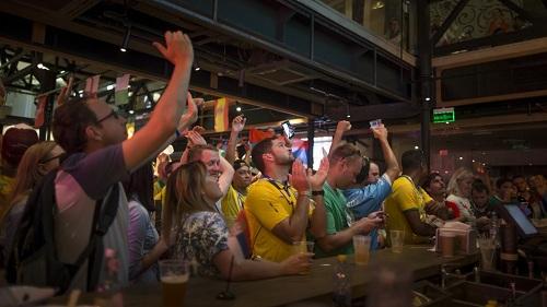 Những quán bar bóng đá luôn kín khách tại Nga dịp World Cup. Ảnh: WTVC.