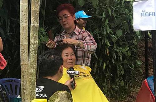 Khu cắt tóc miễn phí đang có một nhà báo tác nghiệp.