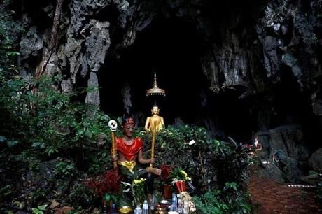 Bức tượng Phật phía trước một hang động gần hang Tham Luang là nơi nhiều người tìm đến cầu nguyện cho đội bóng nhí và huấn luyện viên gặp nạn. Ảnh:Soe Zeya Tun/Reuters.