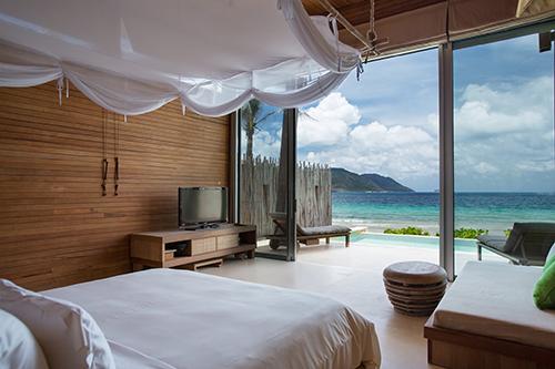 Six Senses Côn Đảo mang thiết kế hiện đại nhưng vẫn giữ được nét đặc trưng của làng chài truyền thống Việt Nam. Resort có 50 biệt thự thiết kế theo phong cách trang nhã, giá từ 6,3 - 63,59 triệu đồng một đêm.
