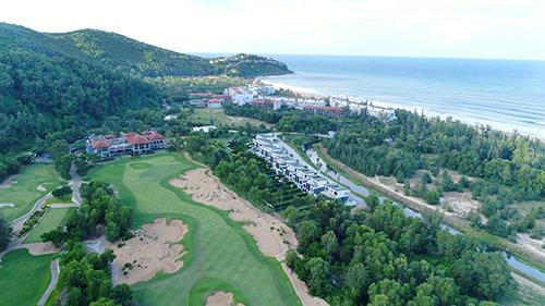Laguna Lăng Cô đã đạt được nhiều giải thưởng quốc tế như Top 10 khu nghỉ dưỡng Golf tốt nhất châu Á 2015, Khu nghỉ dưỡng golf tốt nhất châu Á  Việt Nam 2018... Giá phòng ở đây từ 3,42 - 29,65 triệu đồng một đêm.