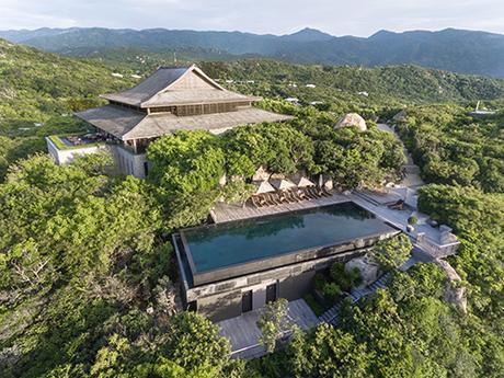 Amanoi ResortAmanoi là khu nghỉ dưỡng biển mang phong cách đương đại độc đáo. Khu nghỉ dưỡng gồm 29 phòng pavilion và villa và 5 khu biệt thự sang trọng ẩn mình trong khuôn viên vườn quốc gia Nam Núi Chúa và vịnh Vĩnh Hy.