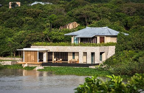 Aman Spa tại đây là một trong những spa hiện đại nhất tại Việt Nam. Vượt qua các khu nghỉ dưỡng nổi tiếng khác trong khu vực, Amanoi giành giải Resort Spa của năm tại khu vực châu Á và châu Đại Dương. Giá nghỉ ở đây từ 14 - 120 triệu đồng một đêm.