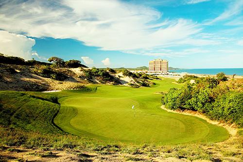 Mới đây The Grand Hồ Tràm Strip đã lập hat-trick tại World Golf Awards với ba giải về khách sạn có sân golf tốt nhất Việt Nam, châu Á và Sân golf tốt nhất Việt Nam. Giá phòng từ 2,395 - 4,2 triệu đồng một đêm.
