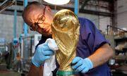 Bên trong xưởng chế tác cúp vàng World Cup cho FIFA tại Italy