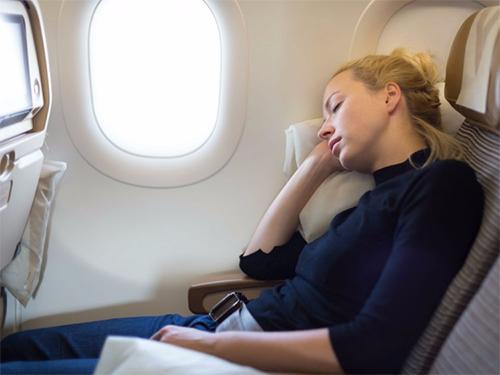 Ghế ngồi hạng phổ thông thường hạn chế về không gian. Ảnh:Giphy.