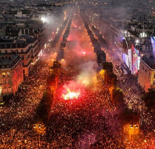 Hàng chục nghìn người đã đổ xuống đại lộChamps-Elysees của Pháp để ăn mừng đội tuyển vô địch World Cup. Ảnh: AFP.