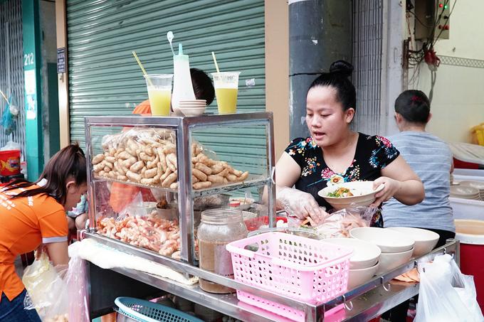 Quán vỉa hè Sài Gòn bán gần 1.000 tô bánh canh cua mỗi ngày