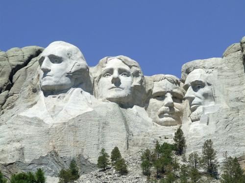 Gương mặt 4 tổng thống Mỹ được tạc lên núi Rushmore để thu hút du khách đi qua South Dakota. Ảnh: Pixabay.