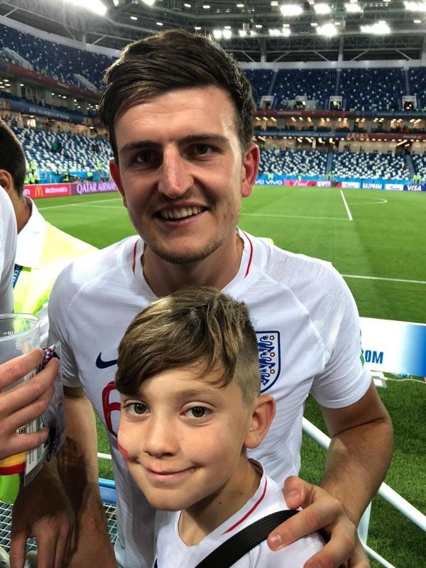 Khách nhí được sao tuyển Anh tặng áo đấu World Cup