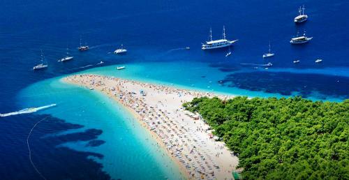 Zlatni cũng đang ngày càng mở rộng diện tích của mình. TheoBolcroatia,từ năm 2006 đến nay, bãi biển đã dài thêm 80 m. Ảnh:Bolcroatia.