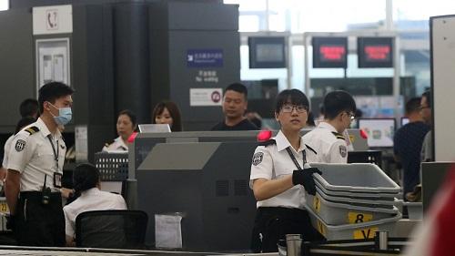 Nhân viên an ninh tại khu vực kiểm tra của sân bay quốc tế Hong Kong. Ảnh:David Wong/SCMP.