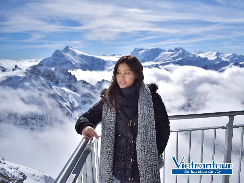 Du khách trải nghiệm cảnh đẹp thần tiên ở đỉnh núi Titlis thuộc dãy Alps  nóc nhà châu Âu, điểm đến nổi bật trong tour mới Pháp  Thụy Sĩ  Italy.
