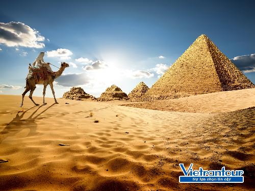 Cưỡi lạc đà trên biển cát, thám hiểm kim tự tháp là những trải nghiệm độc đáo của tour Ai Cập dịp lễ 2/9.