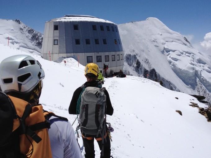 Khách sạn chênh vênh trên mỏm núi tuyết cao gần 4.000 m