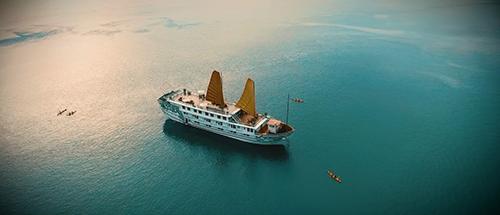 Hạ Long  biển nơi du lịch tận hưởngNếu đã quá nhàm chán với những địa điểm du lịch quen thuộc, ra biển chỉ để ngủ trên bờ, bạn hãy thử nghỉ đêm trên du thuyền - trải nghiệm bao năm nay khách Tây hạng sang đi Hạ Long đều lưa chọn.Indochina Sails là một trong những thương hiệu uy tín hàng đầu về dịch vụ du thuyền cao cấp trên Vịnh Hạ Long từ hơn 20 năm trở lại đây.
