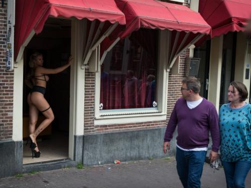 Du khách đi dạo trên phố đèn đỏ tại Amsterdam. Ảnh:Flickr.