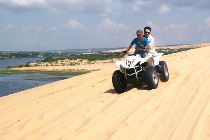 Trải nghiệm phi xe tốc độ trên đồi cát ở Bình Thuận
