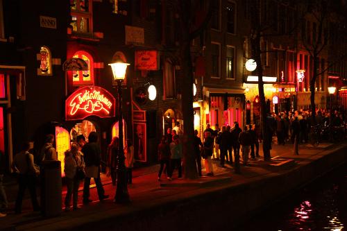 Phố đèn đỏ tại Amsterdam là một trong những điểm đến hút khách nhất của thủ đô xứ sở hoa tulip. Ảnh:Easy Hotel Benelux.