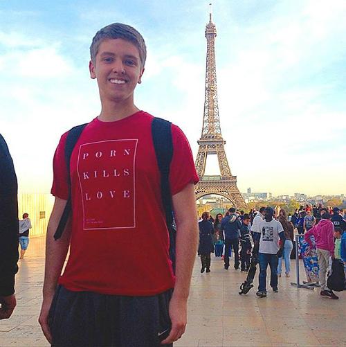 Justus chụp ảnh trước tháp Eiffel, Paris, Pháp. Ảnh:FTND.