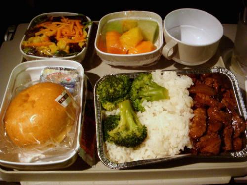 Không đặt trướcĐa phần hành khách không biết rằng họ có thể đặt món trước trong các chuyến bay dài. Thay vì nhịn ăn hoặc chọn ra phần ăn phù hợp với khẩu vị của mình, bạn có thể đặt món theo sở thích ví dụ như đồ ăn chay, đồ ăn cho trẻ em, đồ ăn không có glute.Đặt món trước sẽ có ích đối với những hành khách đang ăn kiêng