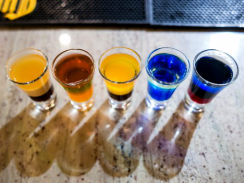 Uống rượu trong chuyến bay là một sai lầm phổ biến mà hành khách mắc phải vì rượu làm giảm lượng nước trong cơ thể và bạn sẽ cảm thấy khát nước hơn.