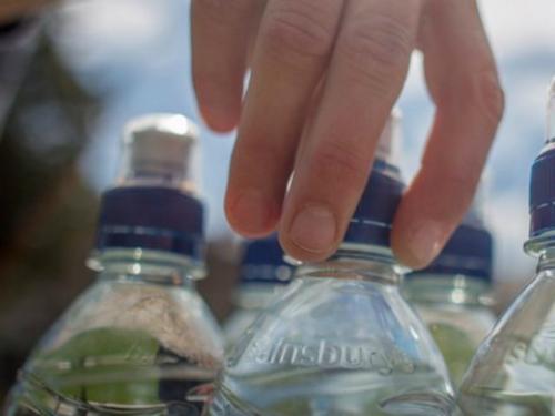 Uống quá ít nướcỞ độ cao như trên máy bay, cơ thể sẽ mất nhiều nước vì độ ẩm chỉ khoảng từ 10 đến 20%. Trong 10h trên máy bay, bạn có thể mất từ 1,6 đến 2 lít nước  khoảng 4% lượng nước trong cơ thể. Nếu không uống đủ nước sẽ cảm thấy mệt mỏi và đau đầu. Vì vậy, hãy mua nước uống lên máy bay để tránh tình trạng đó.