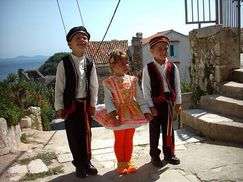 Trang phục truyền thống của trẻ em trên đảo. Ảnh: Puntarka.