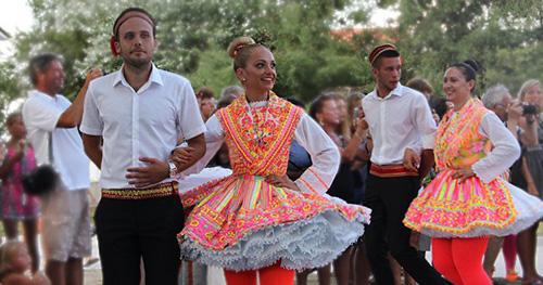 Trang phục truyền thống nàycòn được xếp vào danh sách những chiếc váy ngắn đầu tiên trên thế giới. Ảnh: Steemit.