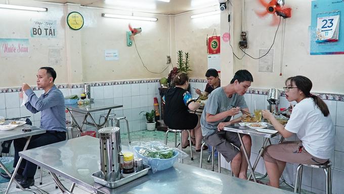 Quán bún bò Huế vị lạ hút khách suốt 39 năm ở Sài Gòn