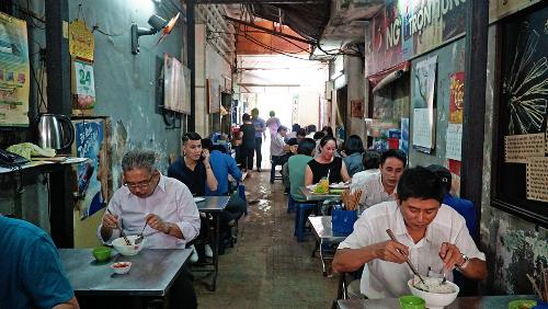 Con ngách nhỏ thiếu ánh sáng nối giữa phố đi bộ Nguyễn Huệ và đường Đồng Khởi (quận 1) này cứ đến giờ cơm trưa là trở nên nhộn nhịp. Ảnh: Di Vỹ.