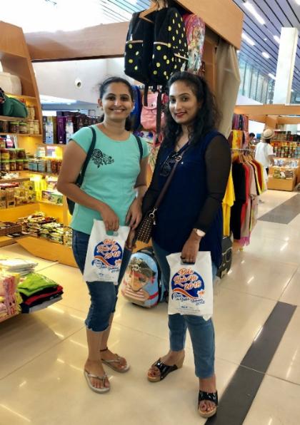 Khách nước ngoài mua sắm và nhận quà tặng ngay tại Cảng hàng không Phú Quốc.